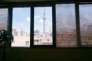 癒しの空間の窓からは、東京スカイツリーが一望できます。